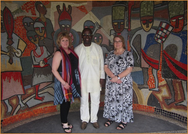Benin Museum: mosaic mural by Jimoh Buraimoh, with (l to r) Amy Staples, Theophilus Umogbai, and Paula Millet.